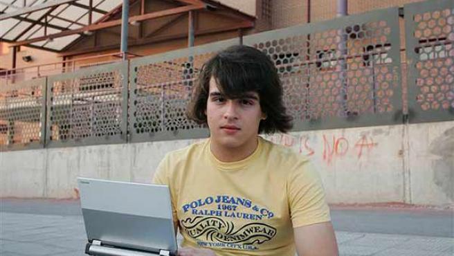 El blogger acusado delante del Instituto en el que estudia (Jorge París)