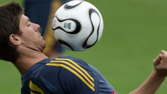 Xabi Alonso en un entrenamiento (Reuters).