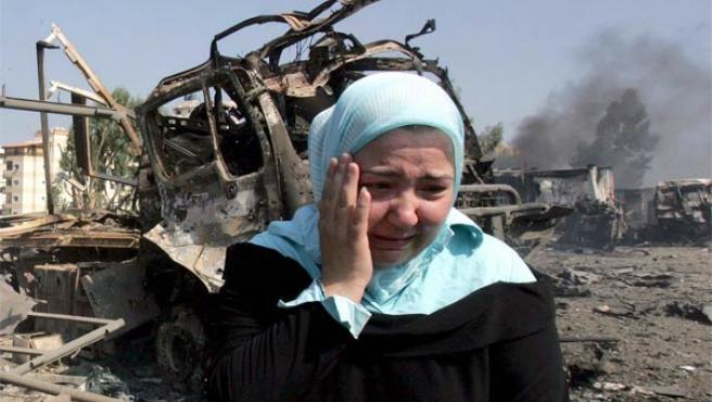 Una mujer libanesa llora delante de un camión destruido en Hadath, al sureste de Beirut (Efe)