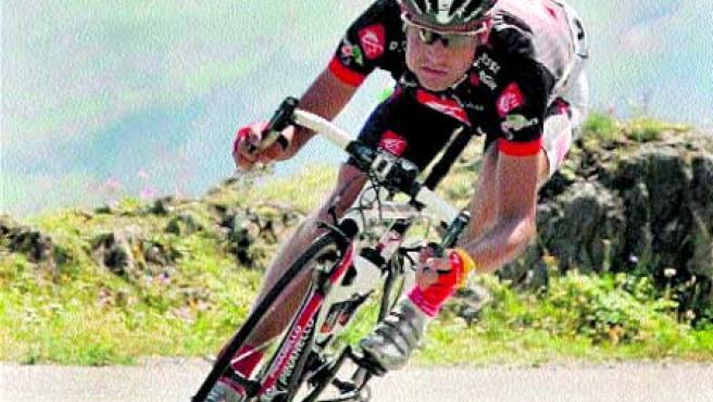 Óscar Pereiro, el nuevo líder del Tour, en pleno descenso del Galibier. (EFE)