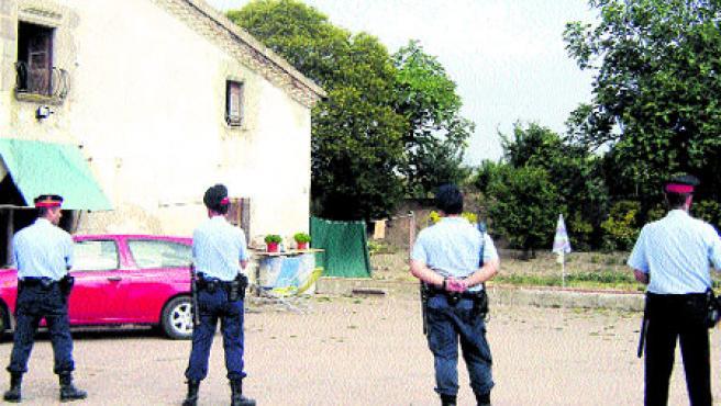 Los Mossos desocuparon ayer la masía Can Cabot (Oriol Mondéjar / Acn)
