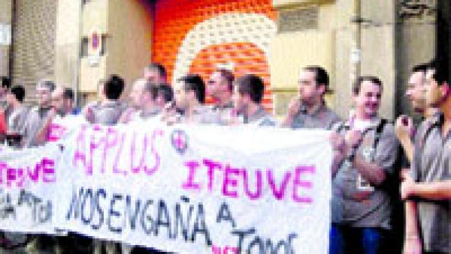 Una desena de treballadors del centre logístic de Mercadona a l'Anoia es van encadenar ahir davant la Inspecció de Treball a Barcelona. (Sònia Gonzàlez / Acn)