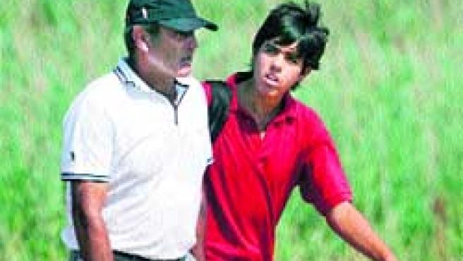 Javier escucha atentamente las palabras de su padre, Severiano Ballesteros. (Gerry Penny / EFE)