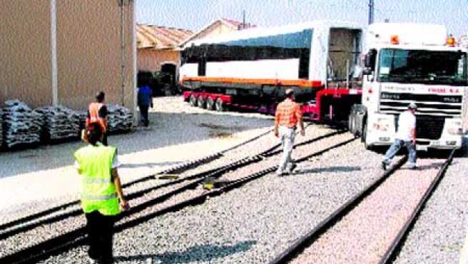 Las nuevas unidades del tranvía de última tecnología ya han llegado a Alicante, preparadas para echar a funcionar en breve.(F. González)