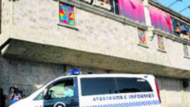 Un furgón de la Policía Local de Molina fue ayer al Topacio para asegurarse de su cierre. Efe / Eduardo Botella.