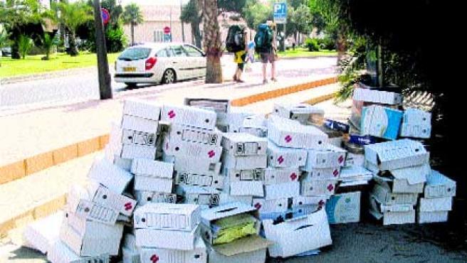 Las cajas que contenían los archivos de Sanidad, ayer, tiradas por el suelo. En el recuadro, un documento oficial a la vista.(Francisco González)