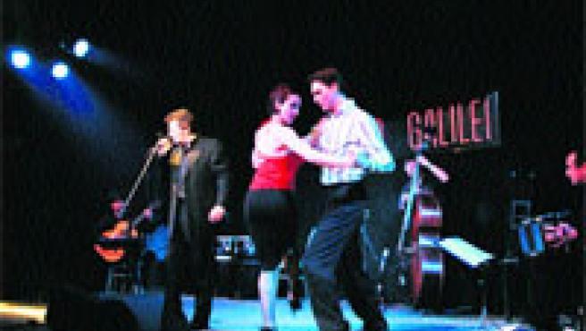 Dos bailarines traducen con sus pies las letras de los tangos interpretados por Malevaje.