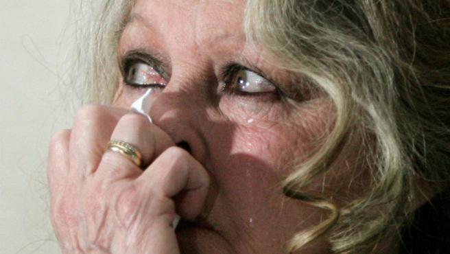 Brigitte Bardot llora al ver unas imágenes de cacerías de focas, en Ottawa, Canadá. (Chris Wattie / REUTERS)