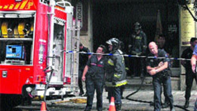 Bomberos y Policía trabajaron para eliminar la humareda. (M. Vila)