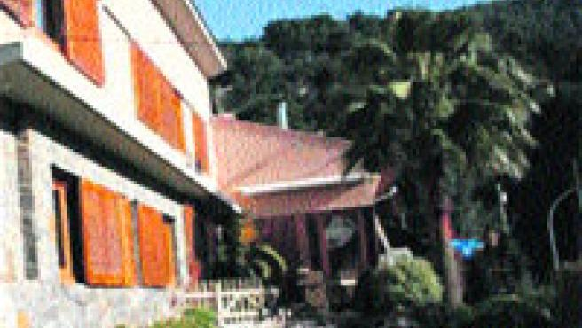 La vivienda dispone de cinco dormitorios, garaje para dos coches y jardín con barbacoa y una gran fuente artificial decorativa.