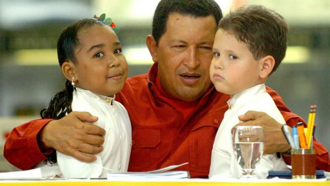 Chávez con unos niños en la inauguración de una estación de metro. Chico Sánchez / EFE