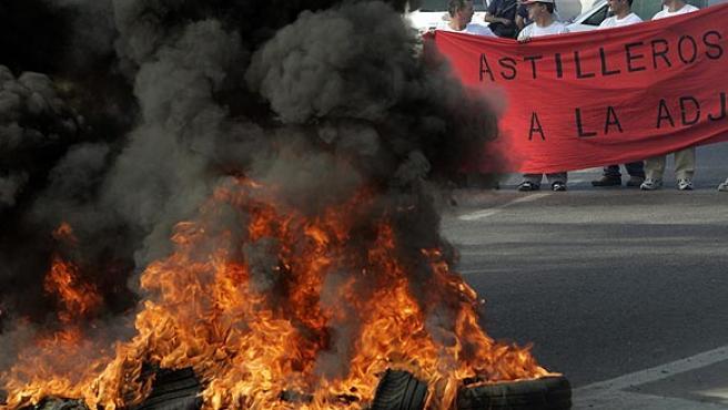 Unos doscientos trabajadores de Astilleros de Sevilla cortaron hoy la carretera de la Esclusa (Chema Moya / EFE)