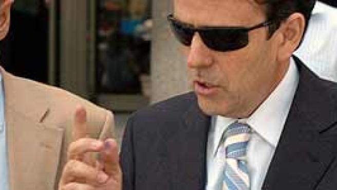 Eufemiano Fuentes (d) sale del juzgado junto a su abogado. (Efe)