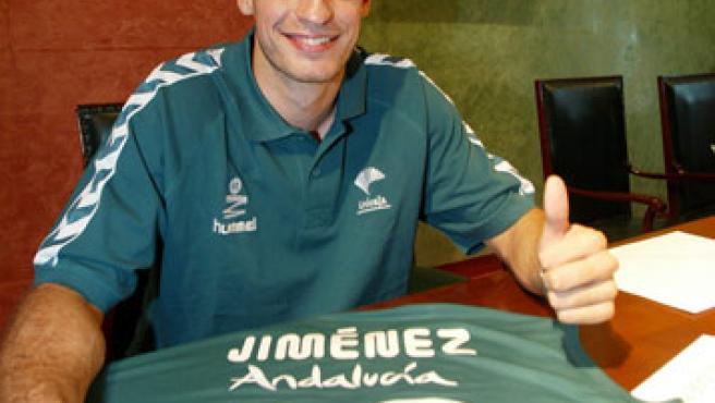 El alero Carlos Jiménez posa con la camiseta del Unicaja. (Efe)
