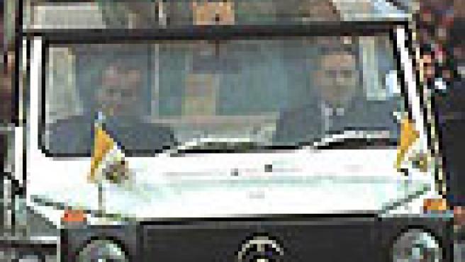 Juan Pablo II en su 'papamovil'