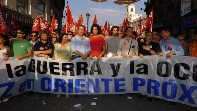 El coordinador general de Izquierda Unida, Gaspar Llamazares (2d), junto al secretario de Movimientos Sociales del PSOE, Pedro Zerolo (c), y el actor Juan Diego Boto (J.L. Pino / Efe)