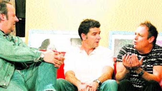 Carbonell (derecha) está arropado sobre el escenario por los actores Josu Ormaetxea y Antonio Vico.