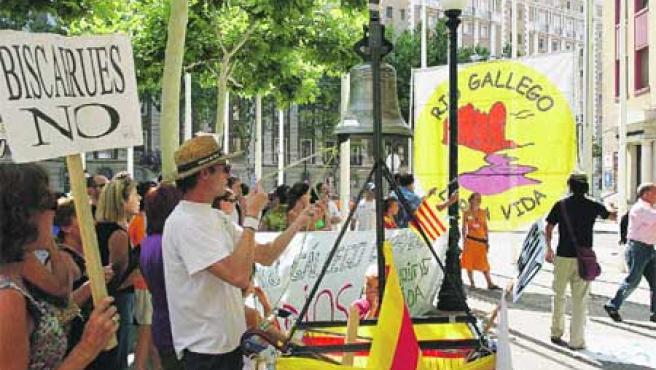 Habitantes de la zona de Biscarrués contrarios al pantano llevaron ayer su protesta a las puertas del Pignatelli.(Fabián Simón)