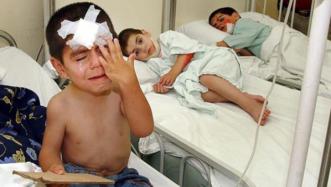 Los hermanos Nabil Alaa al-Din, Ramzi y Alí, heridos durante un ataque israelí en el pueblo libanés de Srifa, se recuperan en un hospital de Sidón