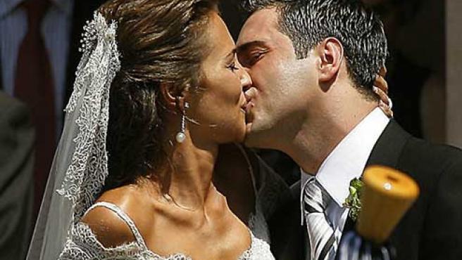 David Bustamante y Paula Echevarría se besan a la salida de la Basílica de Covadonga.