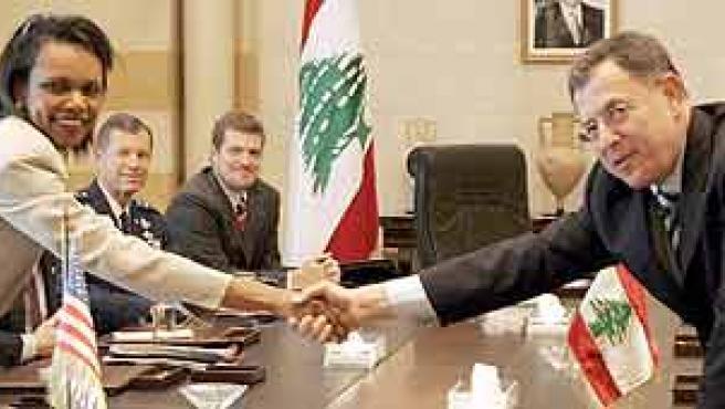Rice estrecha la mano del primer ministro de el Líbano, Fuad Siniora, durante la reunión mantenida en Beirut. (Ali Haider / Efe)