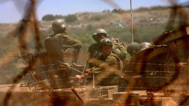 Unos soldados israelíes cruzan la frontera del Líbano (Foto: Reuters)