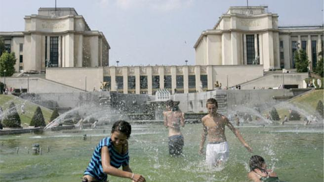 Un chapuzón en la fuente del Trocadero de París para combatir el calor (Foto: Efe)