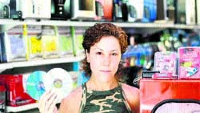 Ana muestra dos CD en su tienda de Barcelona. La SGAE le reclama 18.000 euros.(Jordi Soteras)