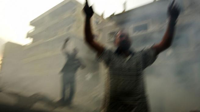 Un libanés simpatizante de Hizbulá clama venganza tras un bombardeo israelí (Nikola Solic / REUTERS)