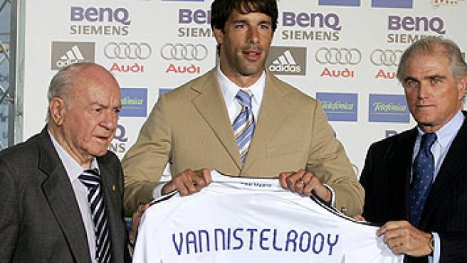 Ramón Calderón durante la presentación de Van Nistelrooy (Paco Campos/EFE).