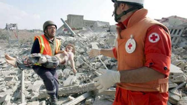 Trabajadores de los servicios de rescate recuperan el cuerpo de una niña libanesa. (Mohamed Messara / Efe)