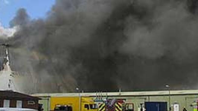 Una columna de humo en el incendio de los estudios Pinewood (AP).