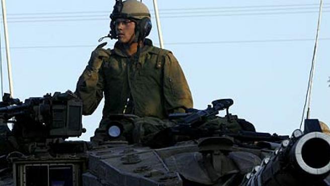 Un soldado israelí espera órdenes sobre uno de los tanques apostados en la frontera entre Israel y Líbano.(Eliana Aponte / REUTERS)