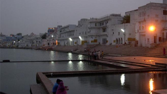 Atardecer junto al lago sagrado de Pushkar (Foto: José L. Serrano)