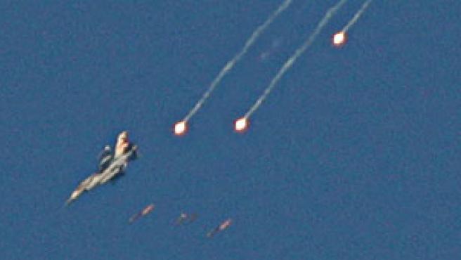 Un F-16 israelí lanza misiles sobre territorios del sur de Líbano.(Adnan Hajj / REUTERS)