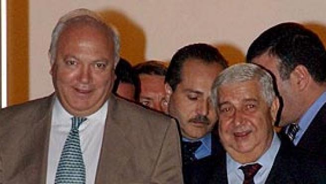Moratinos (izq), junto con el ministro de relaciones de Siria Walid al-Moallem tras su reunión, ayer en Damasco. (REUTERS)