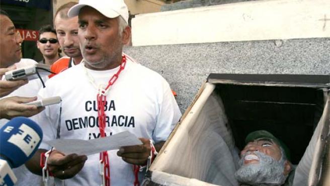 La Plataforma Cuba Democracia Ya! escenifica el funeral de Fidel Castro (Foto: Efe)