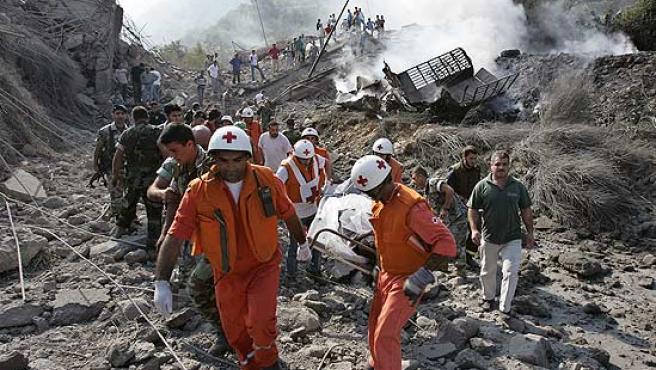 Los servicios de emergencia libaneses rescatan el cuerpo de un fallecido en el puente de Halat (Hussein Malla / AP).