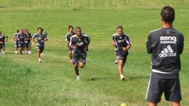Capello supervisa uno de los duros entrenamientos a los que somete a los jugadores. (Efe)