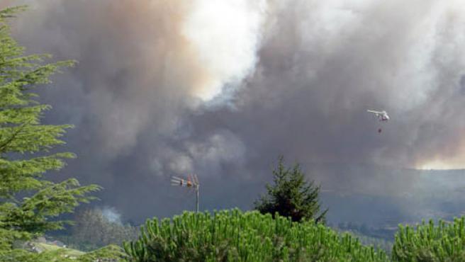 Un hidroavión colabora en las tareas de extinción del incendio originado junto a Santiago de Compostela (Foro: Raquel Gómez)