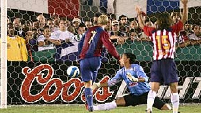Momento en que Gudjohnsen adelantaba al Barça. (Jef Hernández / EFE)