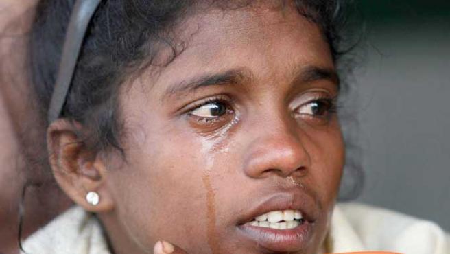 Una niña ceilanesa que desconoce el paradero de sus padres llora en un campo de refugiados en Kantale (EFE)