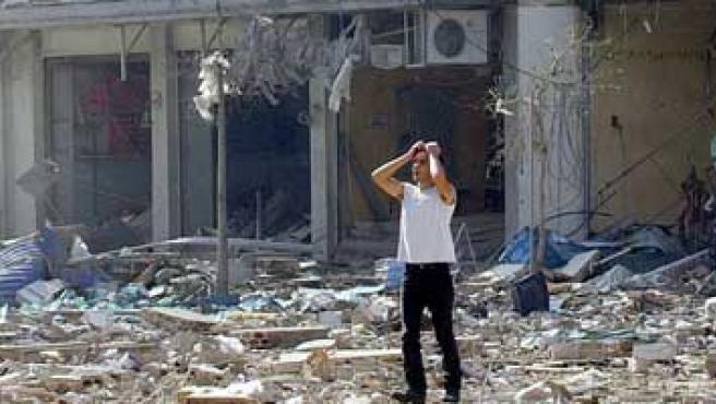 Un hombre observa el estado en que se encuentran varios edificios tras de Beirut (Wael Hamzeh / EFE)