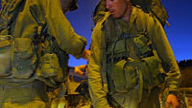 Soldados israelíes se preparan para entrar al Líbano a través de la frontera con Israel. (EFE)