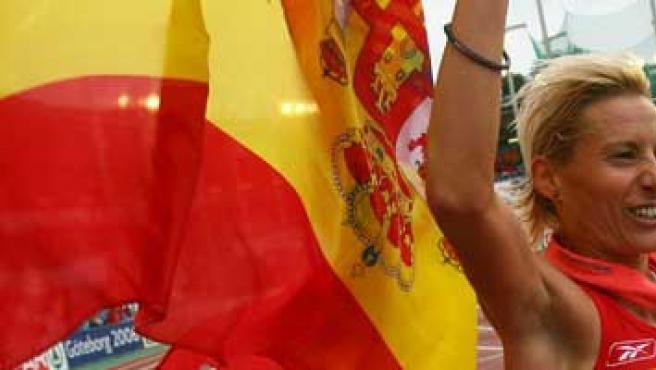 Marta Domínguez pasea eufórica la bandera española tras vencer la medalla de oro en los 5000 de los Europeos de Gotemburgo.