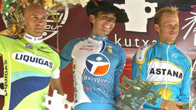 El español Xavier Florencio (c), del equipo Bouygues Telecom, en el podio tras imponerse al esprint en la Clásica de San Sebastián, superando al italiano Stefano Garzelli (izda), del Liguigas, y Andrey Kasheshckin, del Astana.