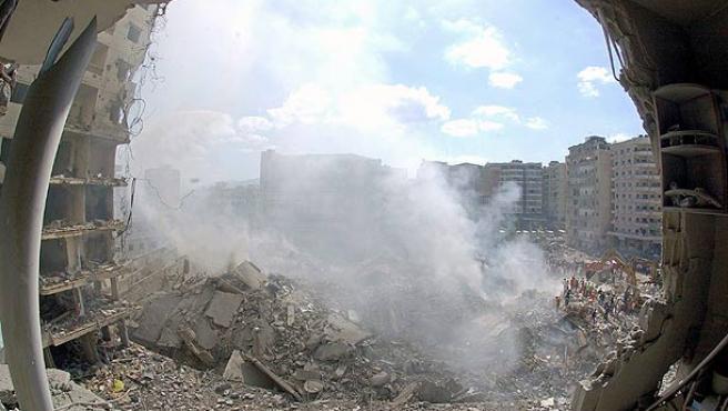 Miles de libaneses buscan entre los escombros de los que antes eran sus casas(Wael Hamzeh / EFE).