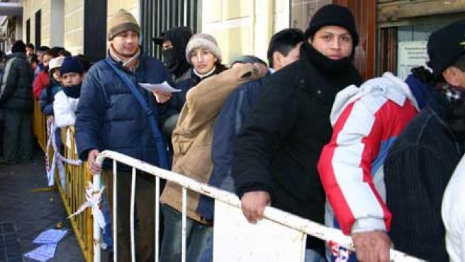 El Gobierno pretende que dos millones de 'con papeles' voten en las próximas municipales. (Efe)