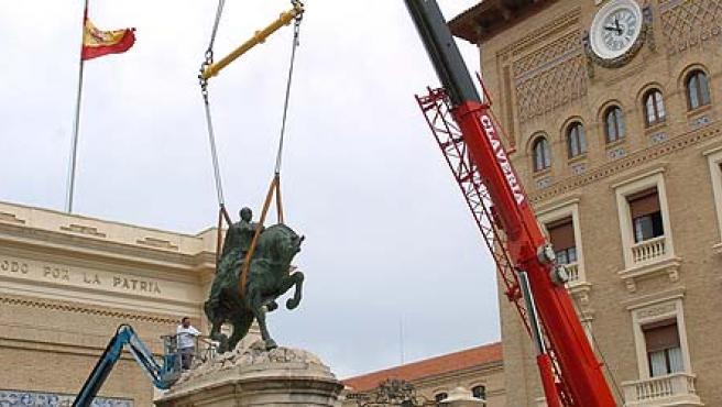 Una grúa retira la estatua ecuestre del general Francisco Franco. (EFE/Iñaki Gómez)
