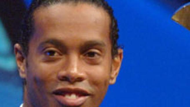 Ronaldinho recibe el premio al mejor jugador de la pasada Liga de Campeones (Claude Paris/AP Photo).
